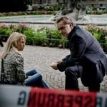 Hauptkommissar Bauer (Gerd Silberbauer) ist klar, dass Melanie DÅ¡rfler (Nova Meierhenrich) etwas verschweigt. (Hintergrund: Komparsen) Honorarfrei - nur fÅ?r diese Sendung bei Nennung ZDF und Robert SpÅth